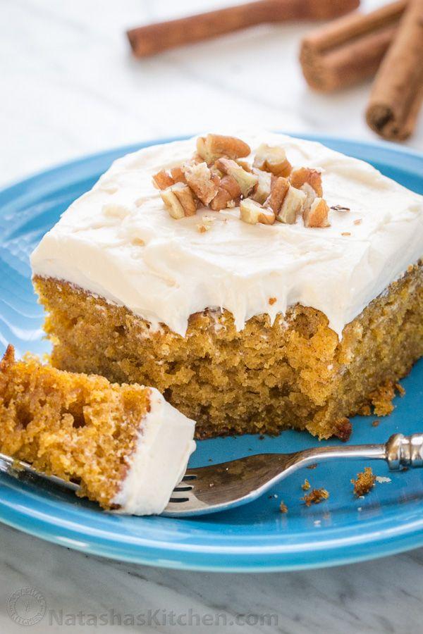 Táto Easy Pumpkin Cake sa vykonáva v 4 krokoch (s polevou)!  Vlhké, jemné omrvinky a marshmallow podobný šľahačkou syr poleva je neodolateľný!