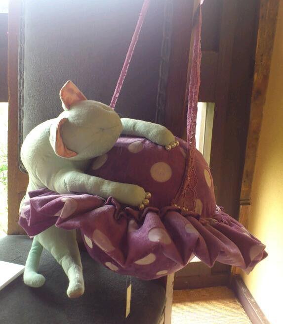 惑星と猫のクッション猫のぬいぐるみと惑星クッション。中身はポリエステル綿100%。レースを外してソファやベッド脇に。レースで吊るして飾ることもできます。ミシン... ハンドメイド、手作り、手仕事品の通販・販売・購入ならCreema。