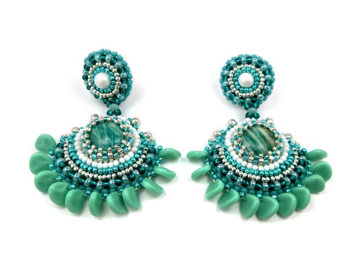 Boucles d'oreilles brodées, clips en argent, camaïeu de vert turquoise, blanc, boho hippie chic : Boucles d'oreille par bijouxdart