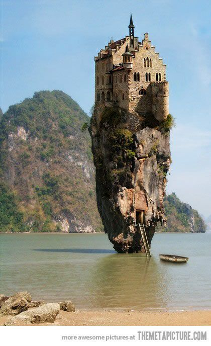 Castle on a rock in Dublin, Ireland…  Version Voyages, www.versionvoyages.fr coffrets cadeaux, billets d'avion www.flyingpass.fr