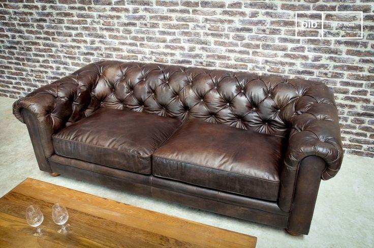 Divano Chesterfield scuro a 3 posti e molti altri divani da scoprire su PIB, lo specialista in arredamenti, illuminazioni e decorazioni vintage.