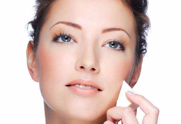 Ridurre e minimizzare inestetismi della pelle del viso è possibile: scopriamo tutte le caratteristiche del fondotinta coprente.