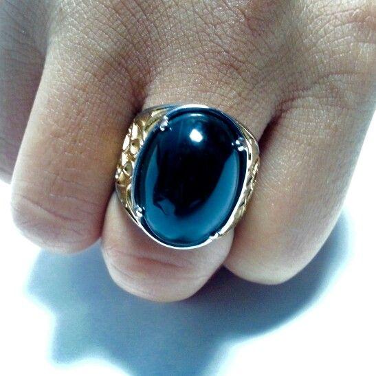 Batu opal kayu warna hitam kelam. Hitam, mengkilat, elegan. Bisa menambah kewibawaan.