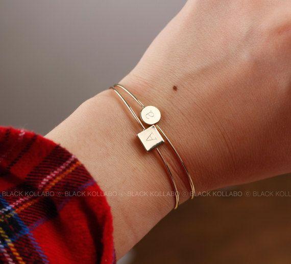 Gepersonaliseerde eerste Bangle, aangepaste armband, Monogram Bangle, simpele armband, bruidsmeisje Gift, Gift van de verjaardag Het is eenvoudig en chique. Het gegraveerd door laser-markering. Laat een notitie van bericht wanneer u bestelt. +++ HET HEEFT ITEM AANGEPAST. GEEN TERUGGAVEN! ++++ DIAMETER: 6.0cm De grootte van het vierkante deel: 0.7 cm * 0.7 cm Goud of wit goud Plating over Brass zoeken * met een geschenk doos * geleverd, sieraden Bedankt voor je bezoek! Alle bestellingen...