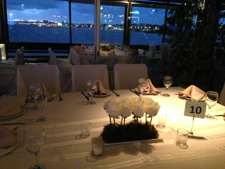 Mesa decorada para fiesta de boda en salón Hemingway, frente al mar, rambla de Montevideo.