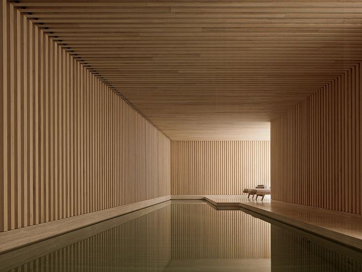 piscina interna com ripas de madeira