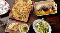 Um ein Festmahl zuzubereiten, muss man nicht stundenlang schuften und kein erfahrener Koch sein. Jamie Oliver zeigt auch diesmal ein Rezept, für das man nicht länger als 30 Minuten braucht - und das heutige Menü ist ein Knaller. Der Starkoch brät ein Lachsfilet auf einem Bett aus Paprika, Chilis, Frühlingszwiebeln, Olivenöl und Zitrone im Ofen. Dazu gibt es einen Zucchinisalat mit Chili, Minze, Olivenöl und Zitronensaft. Als Beilage röstet Jamie Oliver Tortillas.