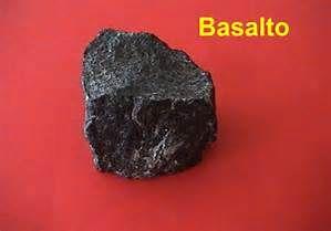 BASALTO. Es una roca ígnea volcánica de color oscuro, de composición máfica —rica en silicatos de magnesio y hierro y bajo contenido en sílice—, que constituye una de las rocas más abundantes en la corteza terrestre. También se encuentra en las superficies de la Luna y de Marte, así como en algunos meteoritos. Los basaltos suelen tener una textura porfídica, con fenocristales de olivino, augita, plagioclasa y una matriz cristalina fina.Con textura vitrea.