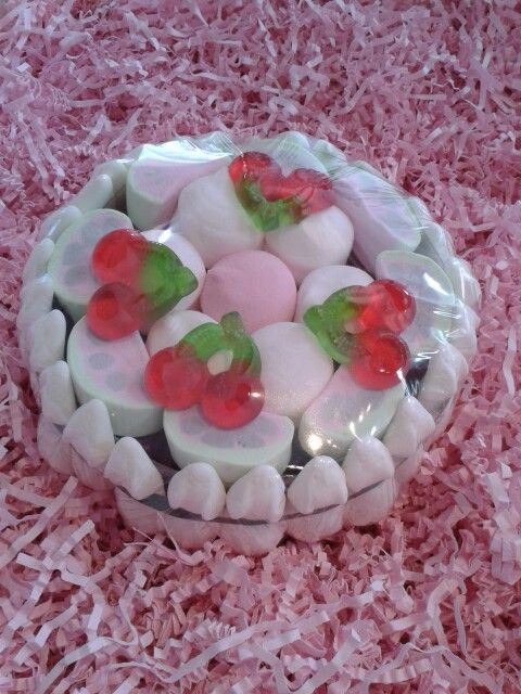 fruchtgummi torte mit marshmallows und fruchtigen gummib rchen gef llt erh ltlich bei www. Black Bedroom Furniture Sets. Home Design Ideas