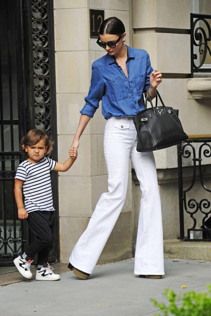Miranda kerr con camisa vaquera y pantalón de camapana  El inevitable regreso de los pantalones de campana  Miranda Kerr se anima a lucir pantalón de campana en color blanco combinándolo con camisa denim (FOTO: CORDON PRESS)