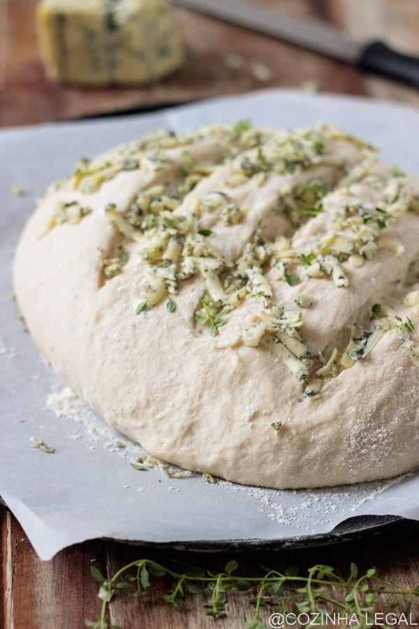 Este crocante e macio pão artesanal precisa de apenas 4 ingredientes e dispensa a sova! Você não vai acreditar em quanto é fácil e delicioso preparar esse pão caseiro.