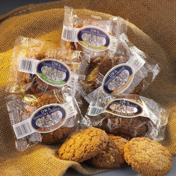 Dwa Ciasteczka owsiane z orzechami Owsiane ciasteczka z orzechami arachidowymi pakowane po dwie sztuki.