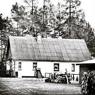 #oldhouse #house #village #countryside #poland #bnw_photografare #blackandwhitephotography #instagrampl #instapoland #bestofpoland #visitpoland #ourpoland #loves_poland #lubiepolske #dziejesiewpolsce #mobilnytydzien #wieś #las #leśniczówka #drewno #drzewa #przyroda #natura #countrylife #wiosna #czaswolny #czarnobiałe #czb #czarnobiale #nature_perfection