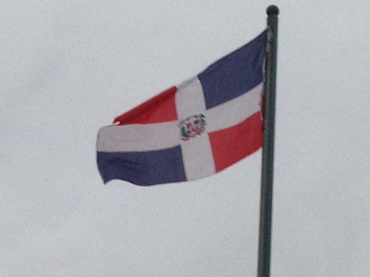 República Dominicana...se dice que su diseño está basado en la bandera de Haití al que se le agrego una cruz blanca.
