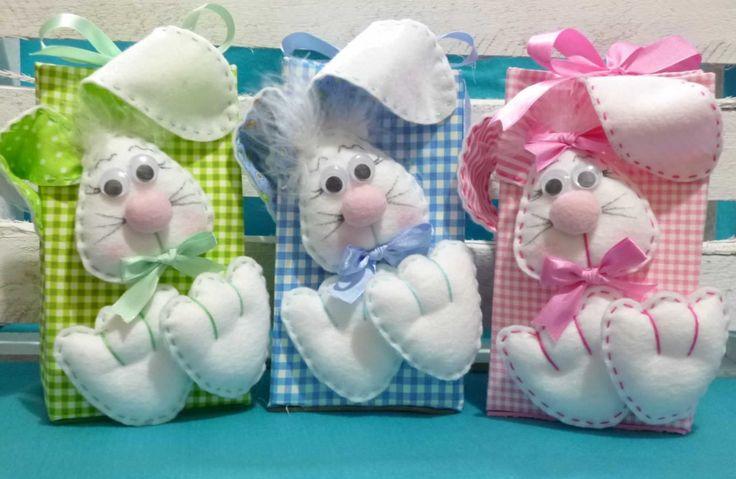 Caixa para acondicionar bombons. <br>Coelhos confeccionadas em feltro. <br>Cores disponíveis para a caixa: Rosa, Azul, Verde, Lilás, Vermelho (estampas diversas)