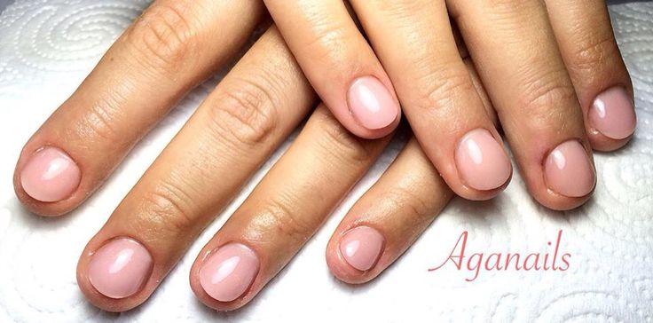 Ricostruzione unghie onicofagiche. Letto ungueale ricostruito in acrilico, color nude naturale.