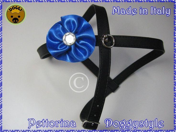 """Pettorina in ecopelle imbottita e trapuntata """"Modello X"""" colore nero (altezza cm.1,2) decorata da 1 coccardina in raso con al centro un bottone brillante,   a scelta 7 colori: azzurro, fuxia, rosso, giallo, turchese, bianco, lilla."""
