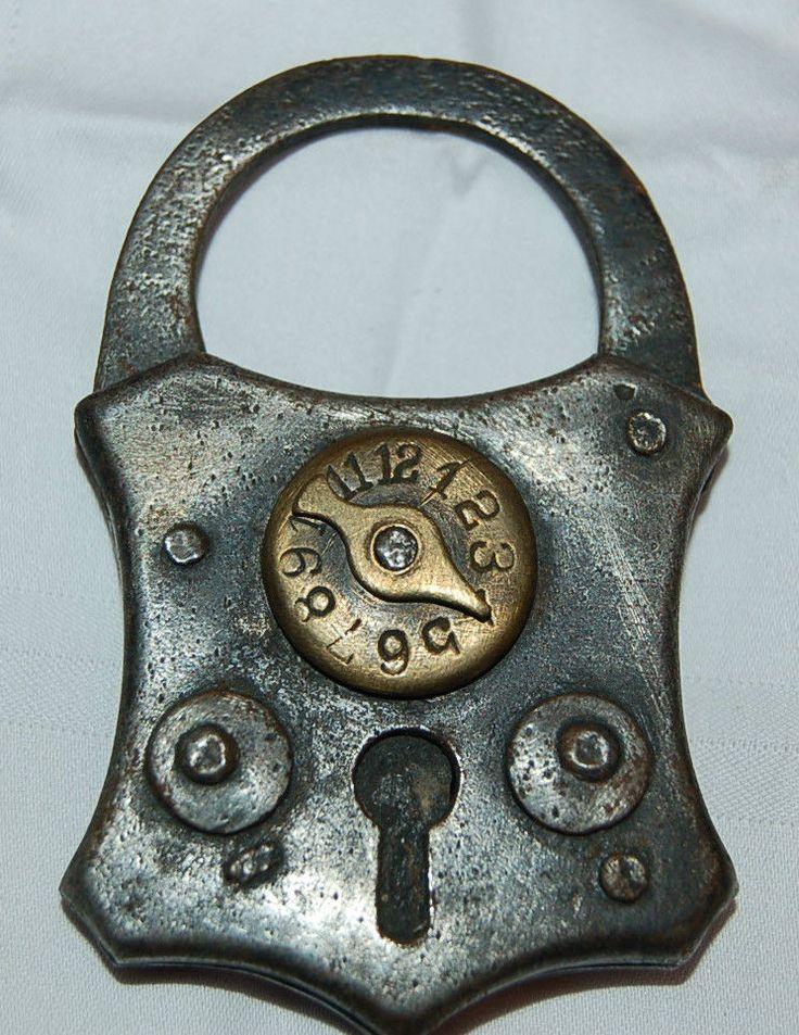 Vorhangschloss Eisen mit Messing:  Die Schlüssellochabdeckung lässt sich seitlich nur verschieben, wenn mit dem Kombinationsschloss die richtige Uhrzeit eingestellt wurde.