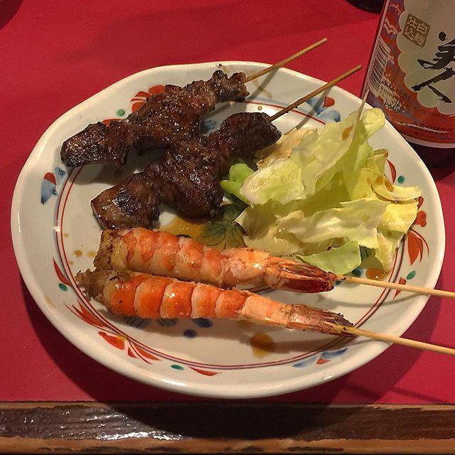 赤坂『赤ひげ』へ。 また(笑)来てしまいました。 今日は地元の常連さんで満席、居心地のとてもいい焼鳥屋さんです。 PICは牛タン串とエビ、福岡博多では串に刺して焼けば鶏だけではなく、豚・牛・魚・野菜… すべて焼き鳥なんです。  #福岡 #博多 #天神 #赤坂 #大名 #肉 #肉屋 #肉料理 #福岡グルメ #福岡B級グルメ #博多グルメ #博多B級グルメ #赤ひげ #白ひげ #焼鳥屋 #焼鳥 #焼き鳥 #やきとり#ヤキトリ