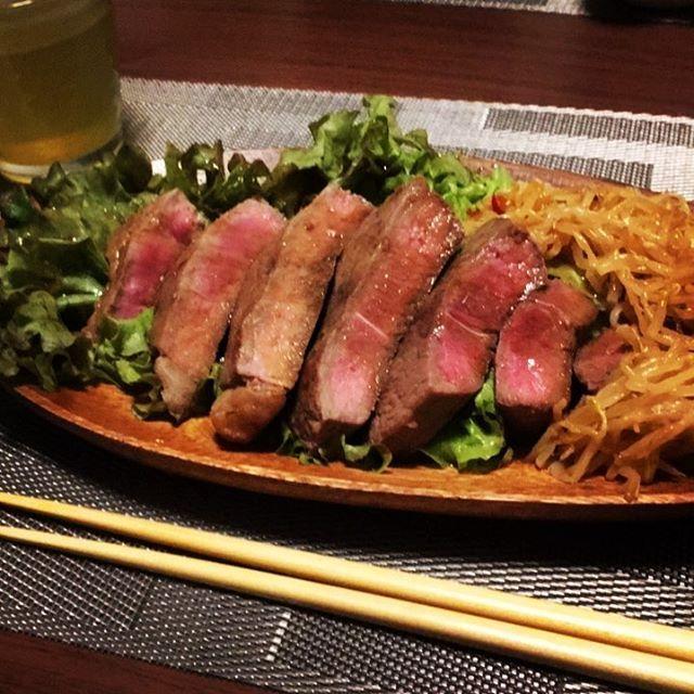 #ご飯#おうちごはん#ステーキ#肉#レア#サラダ#ナムル#がっつり#お肉#食べたくなる#夜ご飯#夕飯#新しい#お皿#形#不思議#かわいい#久しぶり#牛#美味しい#beef#dinner