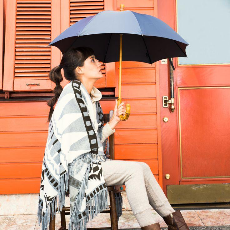 """毎日、暮らすことを観察するのが趣味。それが高じて、ふと気がつけば世の中ありそうでないものを作ることに目覚めた、デザイナー井部祐子が手掛ける小物雑貨ブランド。小さい頃から理由もなく傘が好き、光るものが好き、洞窟が好き……そんな眼差しから『いま私が欲しいもの』をコンセプトに、傘を中心にバッグやアクセサリーなどをデザインしています。「Bon Bon Store(ボンボンストア)」の傘の特徴は、ウッドハンドル(栗、楓、樫、竹、葡萄、椿など)や、素材、ディテールにこだわっていること。ファッションにあわせて""""こんな傘が欲しいな""""と妄想してデザインされた傘は、『ありそうでなかった、""""私らしく""""雨の日を楽しむ傘』として、どれもお洒落でユニークに仕上がっています。"""