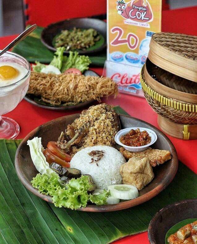 """Warung #Repost @sbykulinerinfo with @repostapp ・・・ Lagi pengen penyetan... Kesini ahh... ---- PENYETAN """"COK"""" cab. Jl. Anjasmoro 15 Surabaya buka tiap hari 09.00-21.00 . In frame : Paket Cobek E (bebek, tahu, tempe, es teh, sambel jancok, lalapan, nasi putih) . harga 35rb. Halal"""