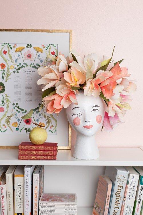 DIY Flower head vaas. Een ware blikvanger voor bloemen in een romantisch en modern interieur, die je zelf kunt maken voor minder dan €10. // via The House that Lars Built