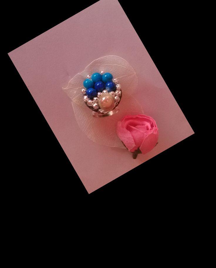 bague réglable en en perles bleues, filigranées argenté, perle magique écru : Bague par chely-s-creation