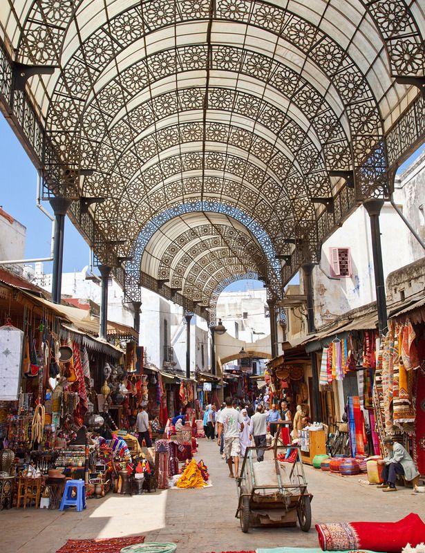 Rabat. La capital de Marruecos es la ciudad perfecta para perderse por las calles de los mercados en busca de artículos de piel, ropa de segunda mano, joyas de plata y uno de sus artículos más famosos, las alfombras. Como ejemplo de unión entre modernidad y tradición, esta ciudad también cuenta con varios centros comerciales y en la Avenida de Mohammed V se concentran las tiendas de lujo internacionales.