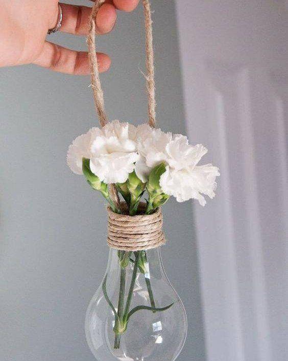 Reaproveitar potes garrafas e até mesmo bulbos de lâmpada pode ser uma excelente maneira de economizar e deixar seu casamento único! Temos mais dicas aqui pra você escolher o seu arranjo perfeito lá no site: http://ift.tt/1V0CMn6