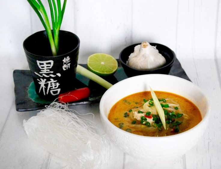 Asiatisk thaisoppa med citrongräs, chili, kokosmjölk, lime & glasnudlar!