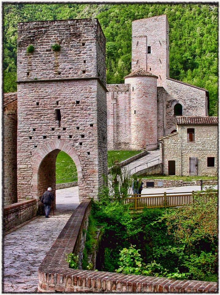 Eccoci a San Vittore delle Chiuse, frazione di #Genga (AN), borgo bandiera arancione delle #Marche. I casolari più antichi di San Vittore si dispongono lungo le rive del Sentino e fanno ala all'antico Monastero Benedettino, alla stupenda omonima chiesa romanica e alla torretta che sovrasta il viadotto romano.