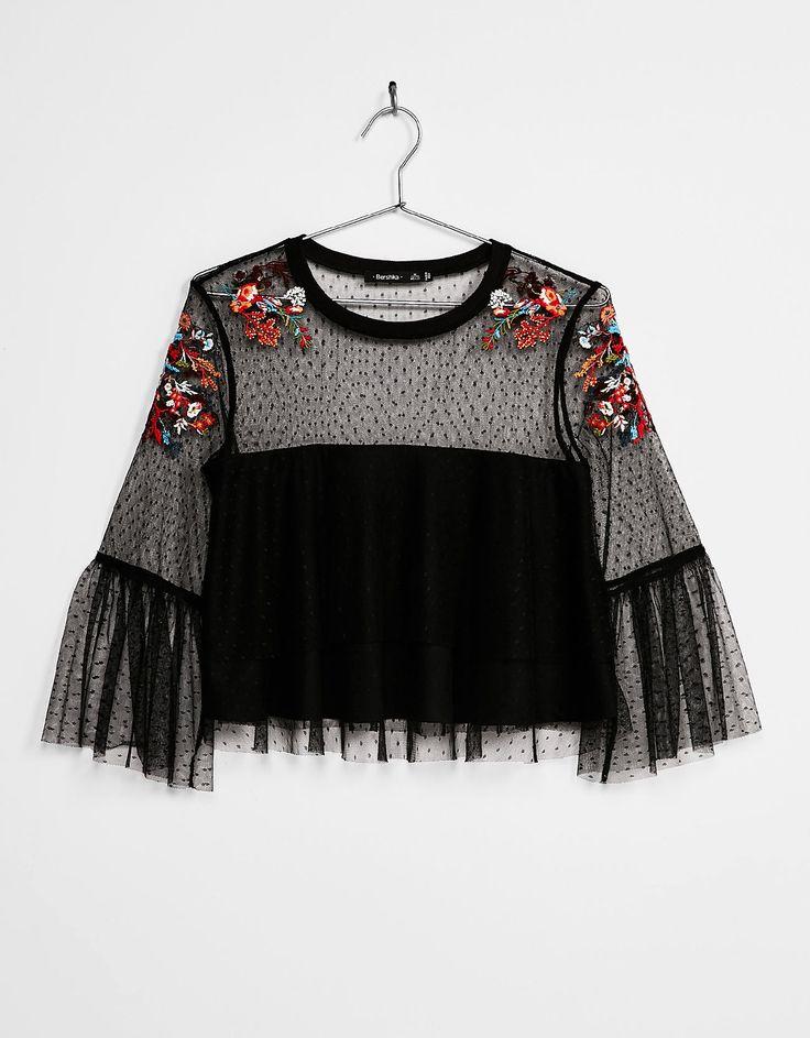 Blusa plumeti flores bordadas. Descubre ésta y muchas otras prendas en Bershka con nuevos productos cada semana