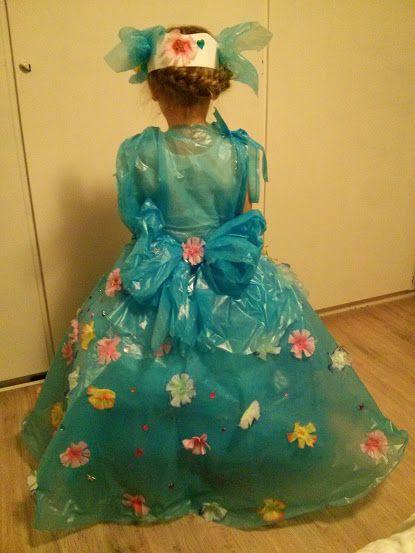 carnavalsjurk van vuilniszakken die ze zelf versierd heeft met alles wat ze maar kon vinden in huis...