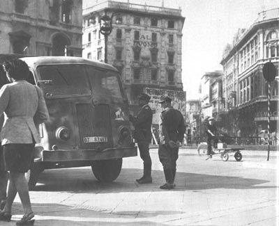 Piazza del Duomo. Agenti della polizia militare tedesca eseguono un controllo a un camion dell'Organizzazione Todt.