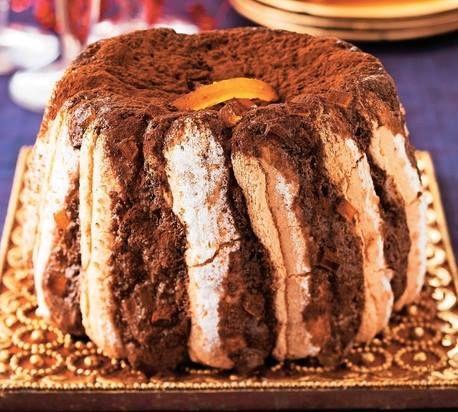 Ingrédients : 150 g de chocolat noir à cuire 3 œufs 30 g d'écorces d'orange confites Le jus d'une orange 1 cuillère à café de sucre en poudre 25 g de beurre Une vingtaine de biscuits à la cuillère (plus ou moins selon le moule) 1 cuillère à soupe de liqueur d'orange Cacao en poudre