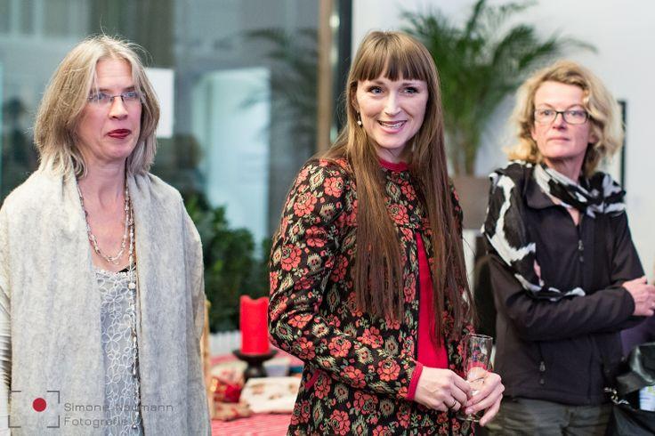 Eröffnung der Ausstellung durch die Chefin Dr. Sina Brübach-Schlickum (mitte) und der Fotografin Bettina Lindenberg (links). #coworking #combinat56 #7pointstory #storytelling