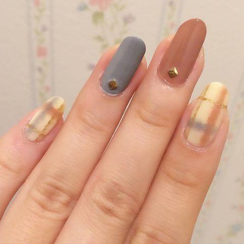 . ブランケットネイル . ブランケットみたいな布地っぽいチェック?をブランケットネイルというそうです。 簡単、可愛い、ハマりそう(>ω<) . ピンクベージュもグレーも#3coins #セルフネイル #ネイル #マニキュア #ポリッシュ #nail #selfnail #polish #ブランケットネイル #チェックネイル #冬ネイル