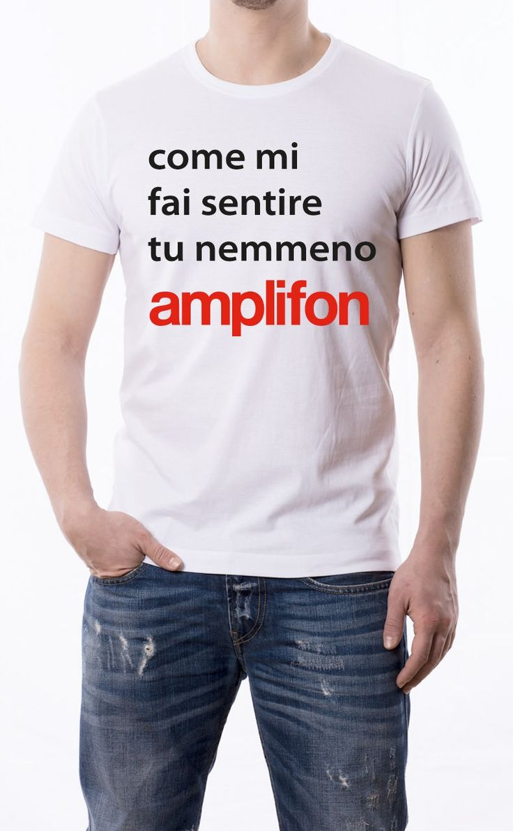 T-Shirt uomo con frase: Come mi fai sentire tu nemmeno Amplifon. Maglietta bianca con stampa digitale diretta, grafica in due colori: Nero e Rosso.