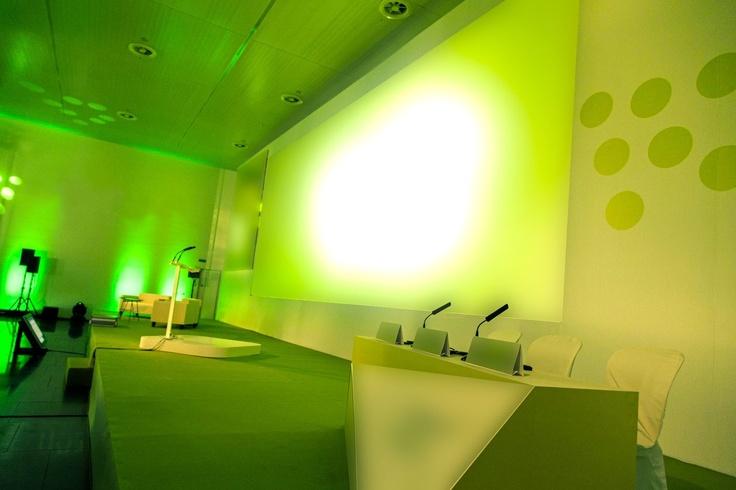 Escenografía, mobiliario a medida, decoración y creatividad para eventos corporativos. Profesionales del sector unidos para dar cobertura 100% a las necesidades de su evento.