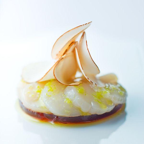 Carpaccio de Saint-Jacques mariné au citron vert avec sa gelée de champignon de Paris - (4 personnes) Chef Anne-Sophie Pic. Gelée de champignons: Consommé: 800g champignons de Paris, 2oignons blancs, 25g beurre demi-sel, jus d'un demi citron, 75cl eau minérale. 2 blancs d'oeuf. 250cl de consommé, 6 g de gélatine, eau froide. 8 noix de Saint-Jacques. Marinade: 10 cl vinaigre balsamique, 1zeste de citron vert, sel, 20 cl d'huile d'olive. Décoration: copeaux de champignons a la mandoline.
