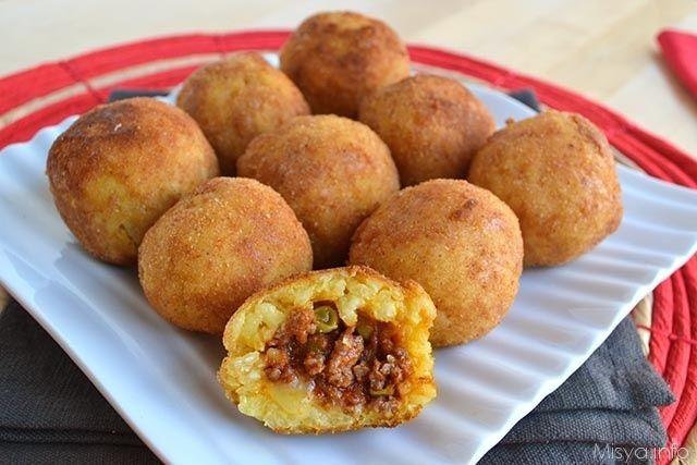 Gli arancini di riso sono un classico della cucina siciliana, sono dei mini timballi di riso fritti farciti con ragù, formaggio e piselli. Il loro nome deriva