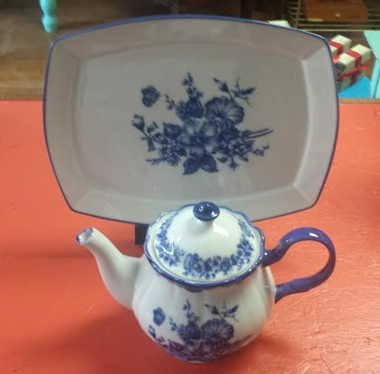 Check out this item in my Etsy shop https://www.etsy.com/listing/467492419/vintage-chinoiserie-tea-pot-blue-and