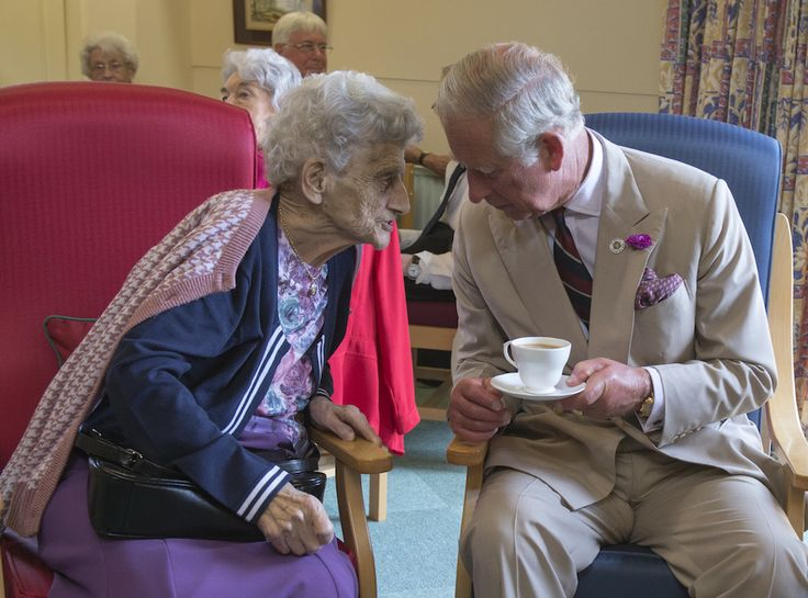 Celebripost -Il principe Carlo d'Inghilterra (65) in visita alla casa di riposo St Anne di Almshouse, un'associazione che mette a disposizine case di ripose per le persone che non se le possono permettere, a Oakham, in Inghilterra.  (Arthur Edwards/WPA Pool / Getty Images)