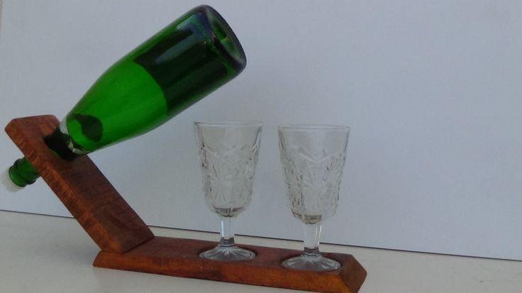 Porta botella de vino con dos copas a un lado