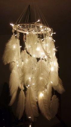 Traumfänger: beleuchtet und mit weißen Federn