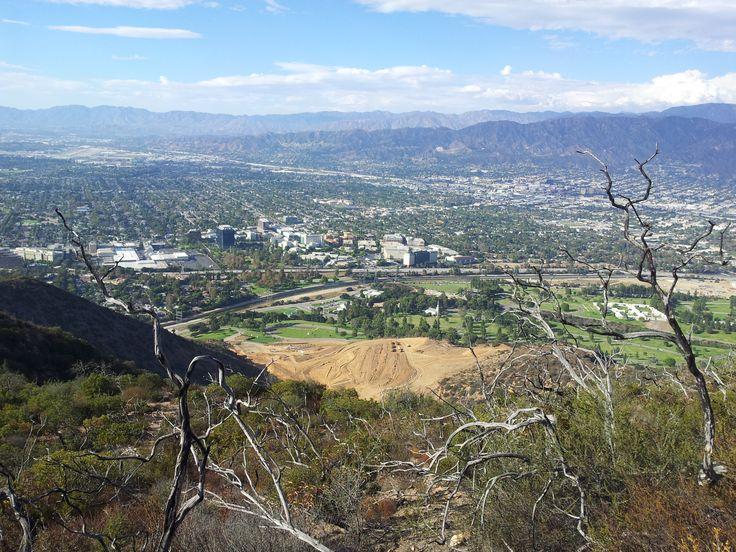 Tak přesně po tomhle jsem prahnul - podívat se, co je z druhé strany toho kopce s nápisem. Vypadá to, že je tam další údolí stejně zastavěný. A navíc ten kopec pomalu ukusují.