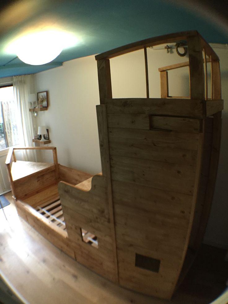 Zelfgebouwd piratenschip bed. In de kamer van mijn 3 jarige zoon. Met kledingkast boekenkast en klimplezier. Nog 1 likje lak en hij is klaar voor gebruik.