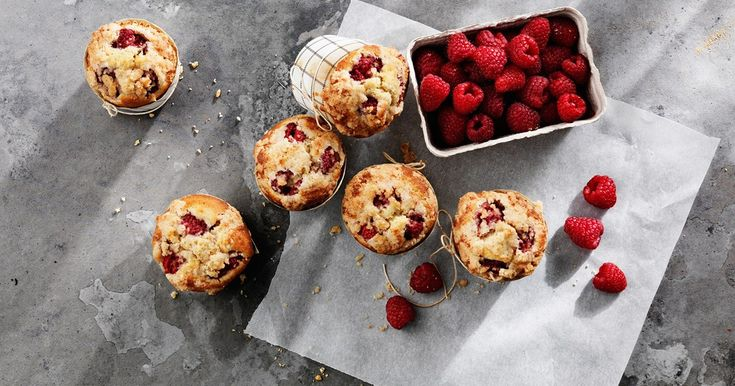 Kardemomme Muffins med Bringebær, Vaniljesaus & Smuldretopping | Santa Maria