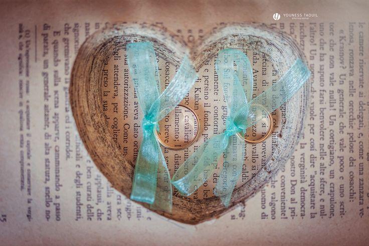 """""""Cuscino"""" fedi con libro intagliato, ring """"pillow"""" made with a carved book"""